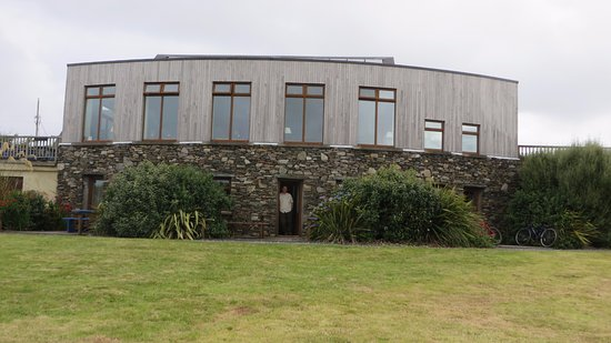 Inishbofin, Irland: Road view of the hotel