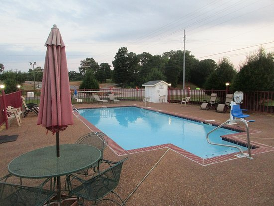 Savannah, TN: Pool area