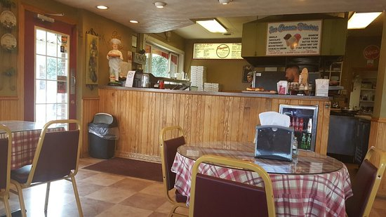Brockway, Pensilvania: Small dini.g room, maybr 7-8tables, and busy carryout.   Limited Itslian menu (read: no burgers)