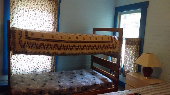 Redway, CA: Bunk beds in smaller room