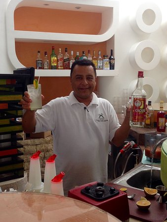 Hotel Villas Playa Samara: Froilan is the best! I got the recipe how to make 4 plumas with Caciqe so I could make at home