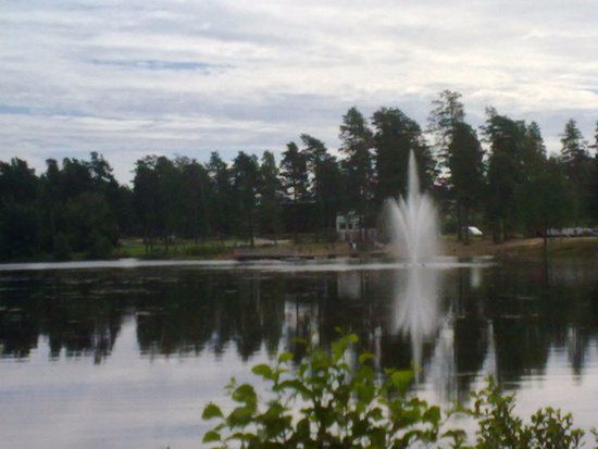 Siltakyla, Finnland: The beach is behind the fountain