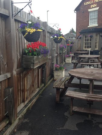 Shropshire, UK: The beer garden @ kings head inn