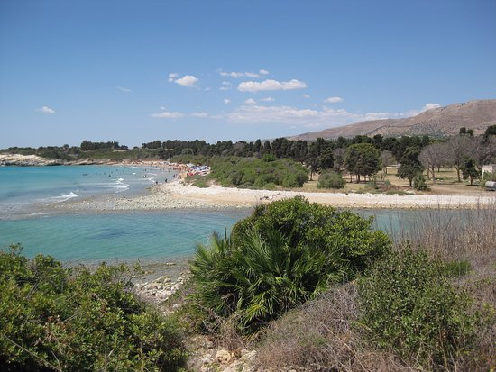 Cassibile, Italia: Spiaggia Pineta del Gelsomineto - view from the riverside