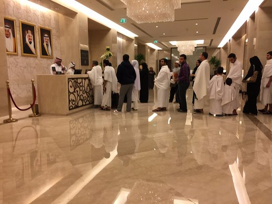 Makkah Clock Royal Tower, A Fairmont Hotel: Poor customer service - look at the length of this queue!