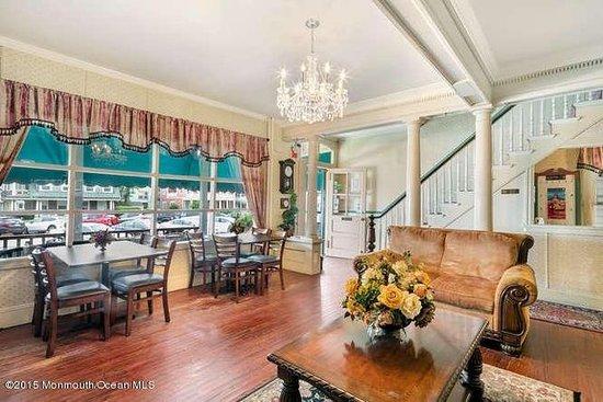 Bellevue Stratford Inn: Our sunlit lobby