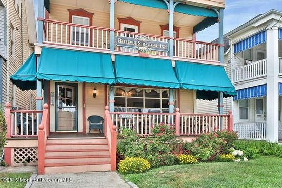 Bellevue Stratford Inn: Enjoy your morning coffee on the Oceanview Porch