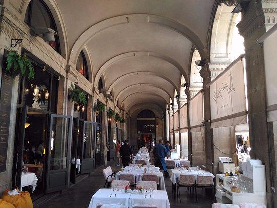 Les Quinze Nits : 走廊用餐區