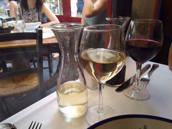 Les Quinze Nits : 隨餐附贈的紅白酒
