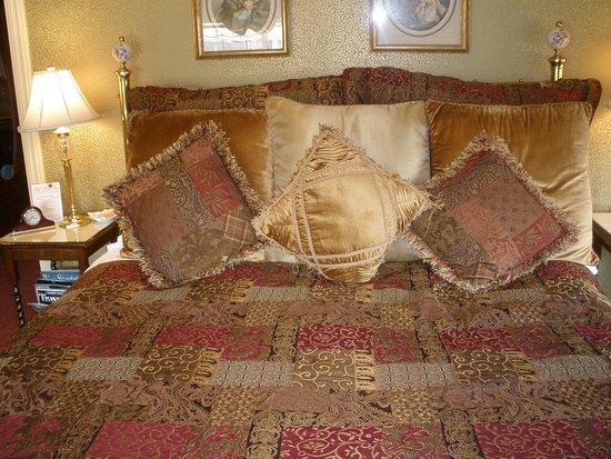 Mill Rose Inn: King size bed
