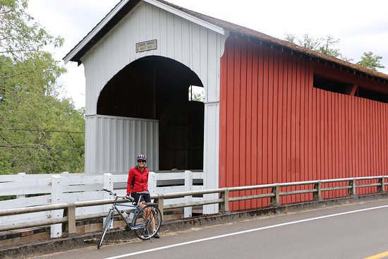 Cottage Grove, Орегон: Nearby covered bridge...