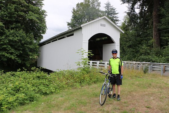 Cottage Grove, OR: Nearby covered bridge...