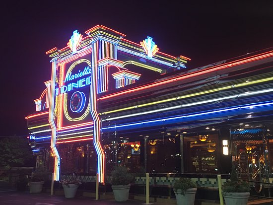 Marietta, GA: Iconic front at night