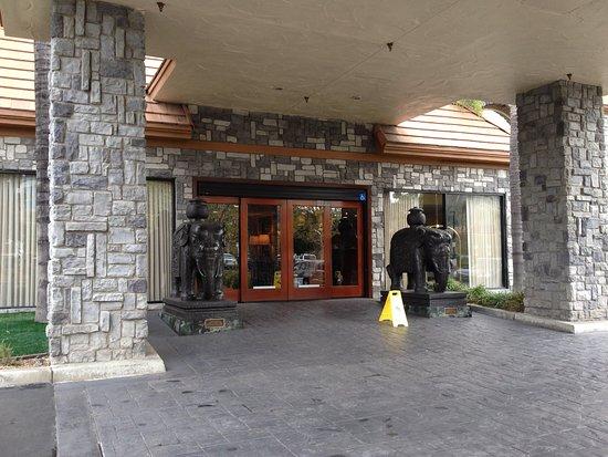 Yorba Linda, Califórnia: Entryway w/ portico