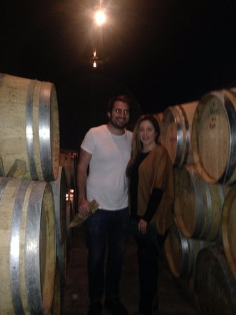 Martinborough, Nueva Zelanda: myself and my partner being taught about the wine making process