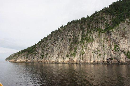 La Baie, Canada: Une des nombreuses pointe de falaise.