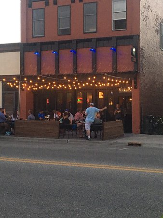 Big Rapids, MI: Great outdoor seating  for summer!