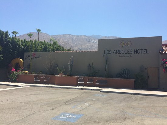 Los Arboles Hotel: The outside of the hotel from the parking lot