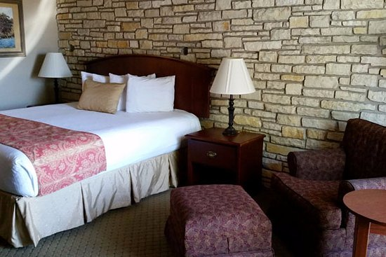Inn of the Hills Hotel & Conference Center: Room with king bed.