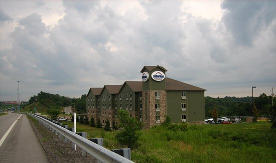 Triadelphia, Virginia Occidentale: Hotel as we left and heading toward the interstate highway