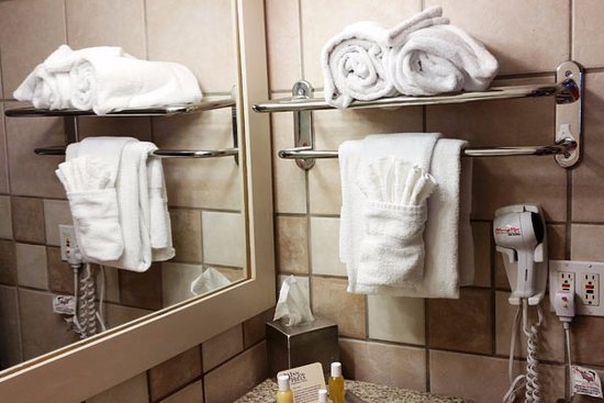 Inn of the Hills Hotel & Conference Center: Fancy towels.