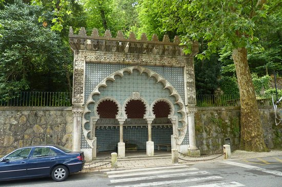 Sintra Municipality, Portekiz: Moorish Fountain - stand across the street for fountain