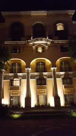 San Pedro Garza Garcia, México: The central courtyard shows the hotel lighted brilliantly in the evenings.
