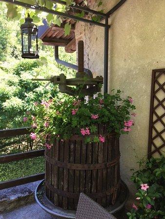 Hotel Castello di Sinio: Wine press/planter in the Castello courtyard