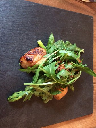 The Selkirk Arms Bar, Bistro and Restaurant: Locally sourced scallops and roast leg of lamb
