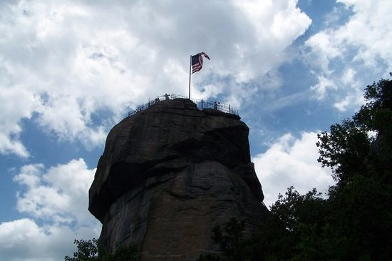 Chimney Rock, Carolina del Norte: Looking up at the Chimney