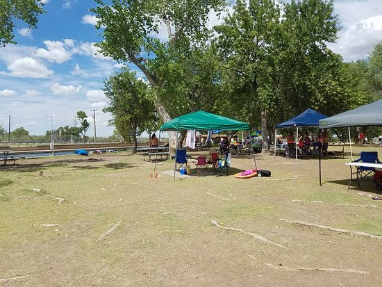 Toyahvale, TX: People set up for the day
