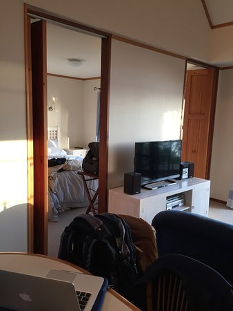 Coopers Beach, Nieuw-Zeeland: Lived in look in No.4 - view into double room