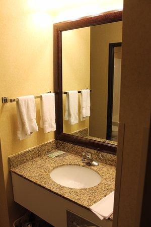 Pueblo, CO: Vanity area outside the toilet