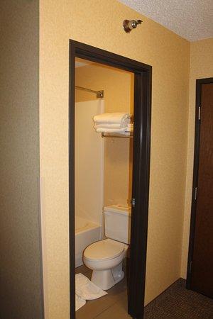 Pueblo, CO: Toilet and shower
