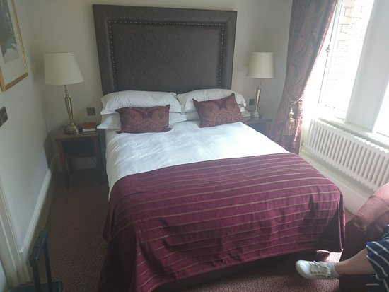 Standish, UK: Comfy king bed
