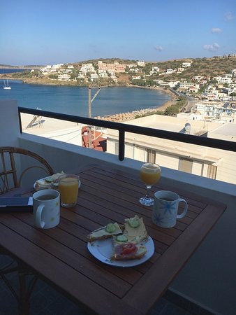 Batsi, Grecja: Breakfast with view in the shade.