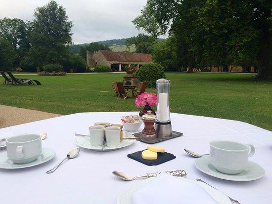 Vault-de-Lugny, Frankreich: Petit déjeuner en terrasse
