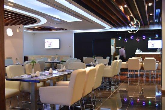 Emirate of Abu Dhabi, Uni Emirat Arab: Rotana Cafe