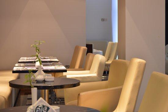 Emirato de Abu Dabi, Emiratos Árabes Unidos: Rotana Cafe