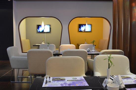 Эмират Абу-Даби, ОАЭ: Rotana Cafe