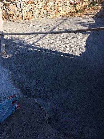 Vamos, Grecia: Ny støbt beton indkørsel, vi kunne ikke komme ud eller ind