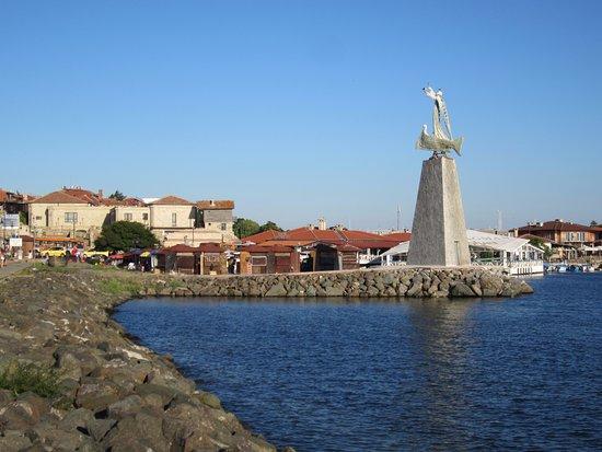 Старый Несебр: памятник Святому Николаю, покровителю рыбаков