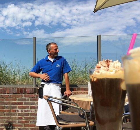 Niendorf, Deutschland: Der Eiskaffee ist unschlagbar!!! Nicht zu süß, aromatischer Espresso, Vanilleeis und ein kleiner