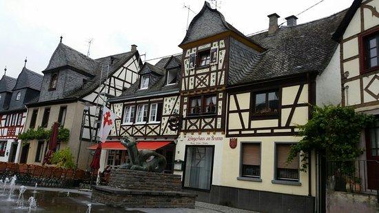 Kobern-Gondorf, Tyskland: Winzerhaeuschen am Brunnen