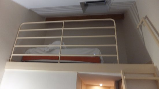 Inter-Hotel l'Acropole: The bed space!!