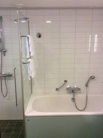 Vantaa, Φινλανδία: Shower and bathtube