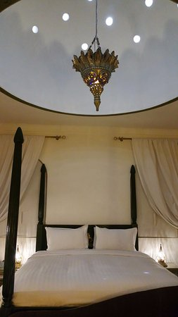 Riad Dar Anika: Starlight dome above a beautiful king size bed