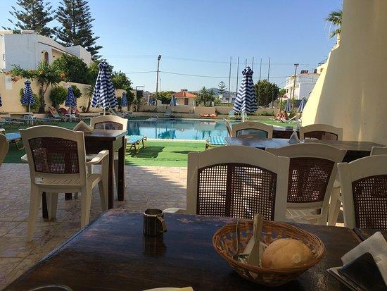 Margaret Studios: Сидишь, завтракаешь и смотришь на бассейн