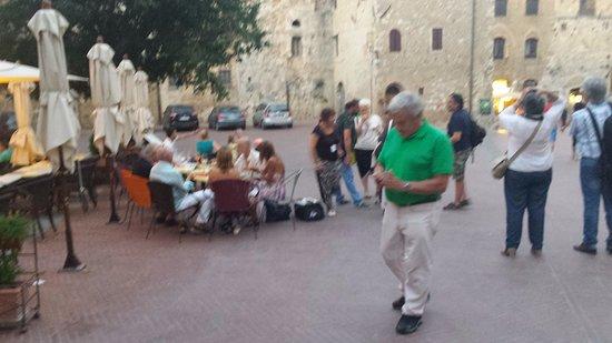 Castel San Gimignano, Italia: la piazza, con le torri gemelle