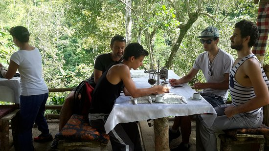 Munduk, Indonesien: A kind French family having civet coffee after a brief coffee tour, Merci beaucoup